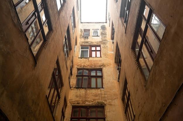 O pátio da casa é construído em torno das paredes. a arquitetura da velha europa