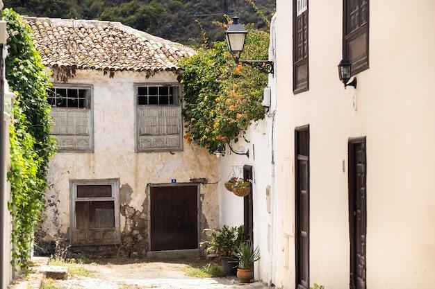 O pátio em frente à porta da frente. espanha, ilhas canárias, tenerife