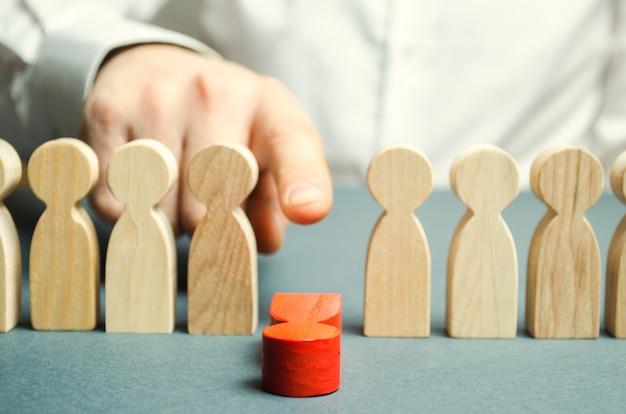O patrão demite o empregado da equipe. gestão de pessoal. trabalhador ruim. demotion