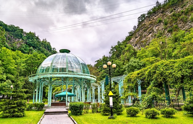 O pavilhão de água mineral no central park de borjomi, na geórgia