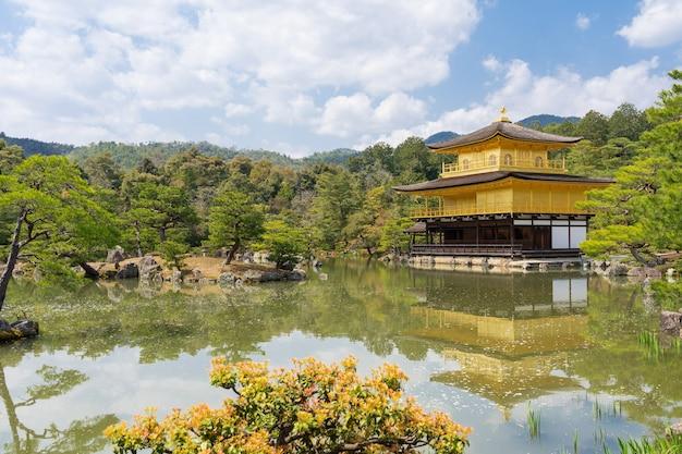 O pavilhão de ouro no templo de kinkankuji o famoso marco para turista em kyoto no japão