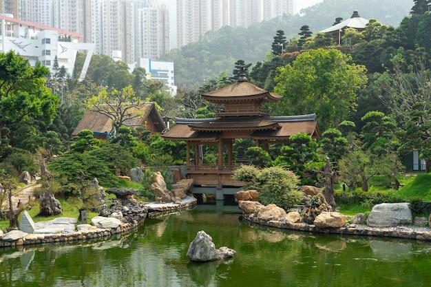 O pavilhão dourado e ponte de ouro em nan lian garden perto de chi lin nunnery.
