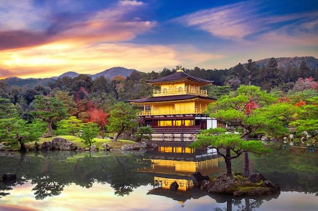 O pavilhão dourado. templo kinkakuji em kyoto, japão.
