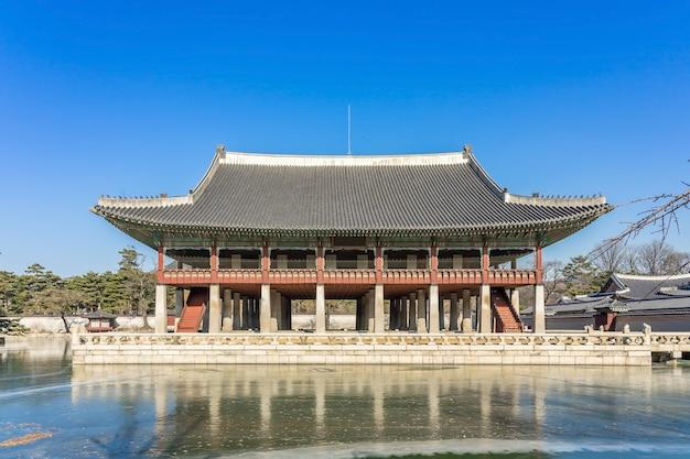 O pavilhão gyeonghoeru é um edifício no palácio gyeongbokgung.