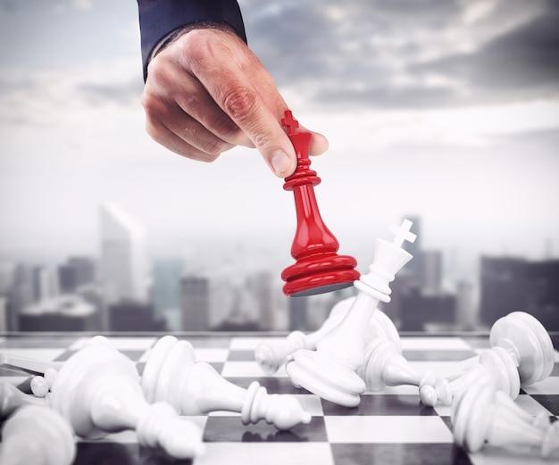 O peão xadrez vermelho derruba os peões brancos