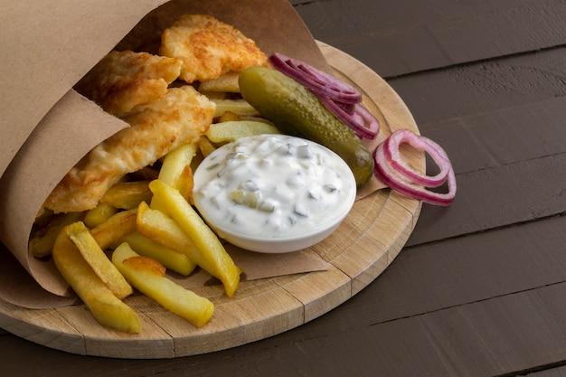 O peixe e batatas fritas. um prato tradicional inglês.
