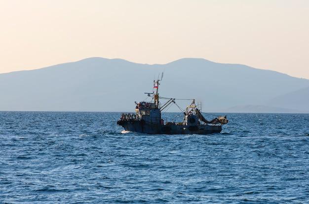 O pequeno barco de pesca comercial