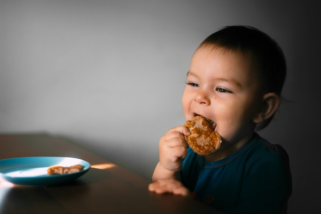 O pequeno bebê criança aeting aveia banana pankaces por conta própria