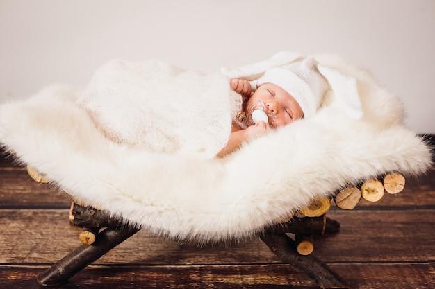 O pequeno bebê encontra-se na cesta
