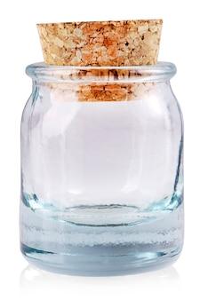 O pequeno copo empy com uma rolha isolado em um fundo branco
