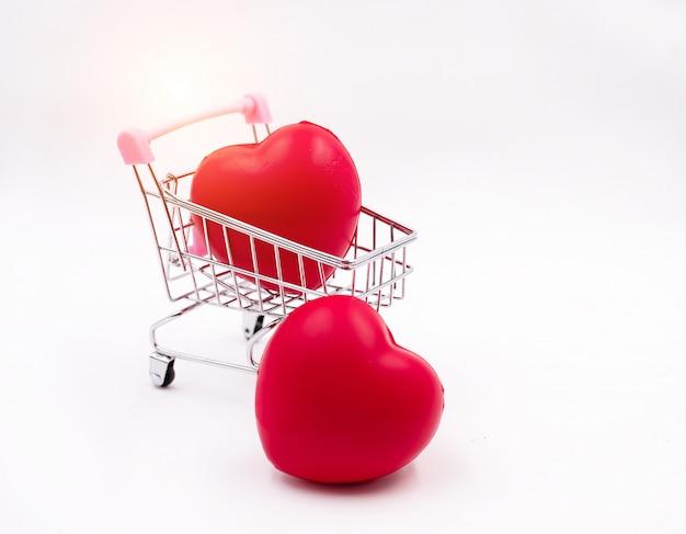 O pequeno coração vermelho colocar no carrinho de compras e aquele colocado no fundo