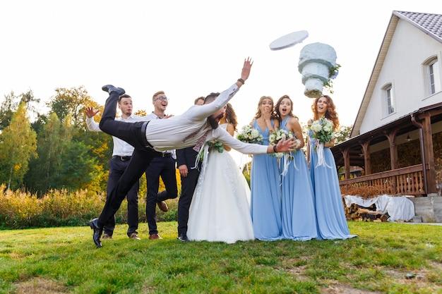 O perdedor deixa cair o bolo de casamento durante a cerimônia de casamento
