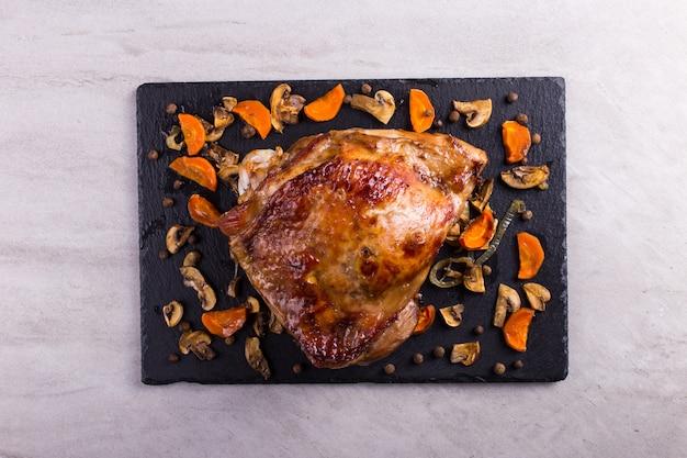 O peru da coxa cozeu no forno com especiarias. comida saudável. jantar de ação de graças.