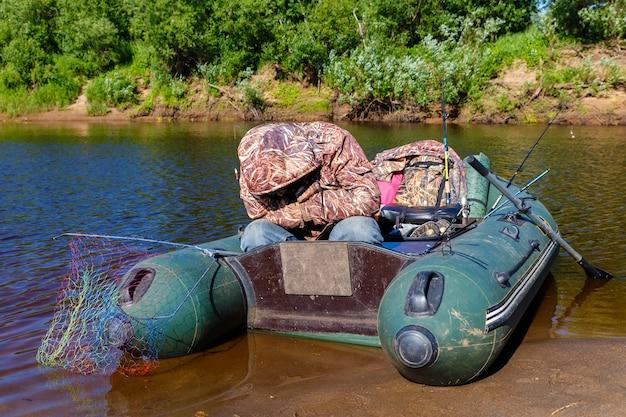 O pescador dorme em um barco de borracha