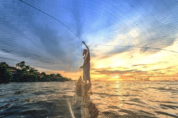 O pescador lançou um barco em seu barco.