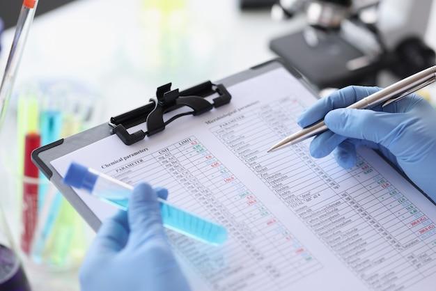 O pesquisador anota os parâmetros químicos