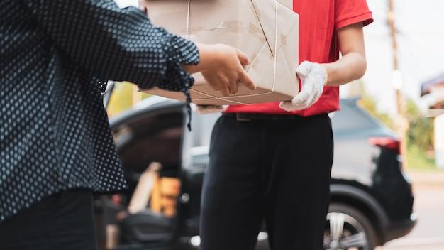 O pessoal de entrega entrega mercadorias aos clientes