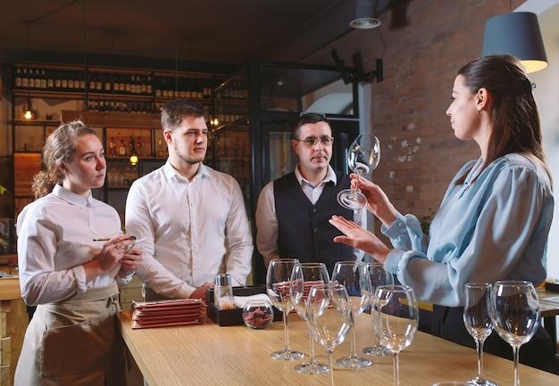 O pessoal do restaurante aprende a distinguir entre copos.