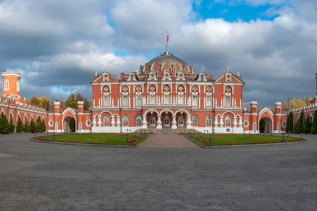 O petro palace é uma joia da arquitetura russa, localizado no moderno centro de moscou.