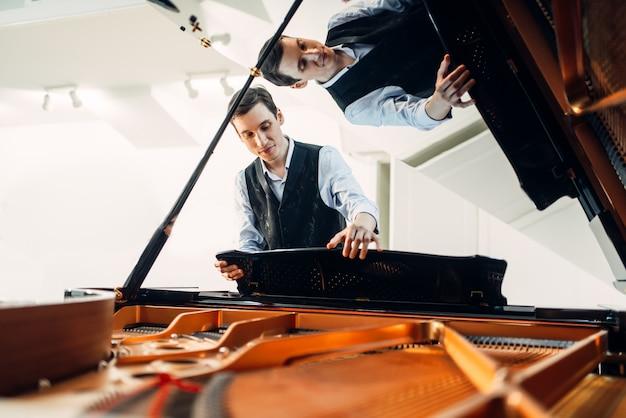 O pianista põe o piano de cauda antes da apresentação