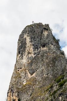 O pico das montanhas do altar de bicaz canyon