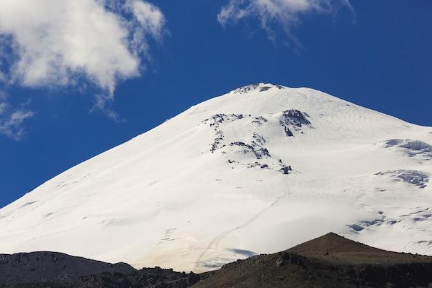 O pico oriental do monte elbrus está coberto de neve. rocks lenz na encosta norte