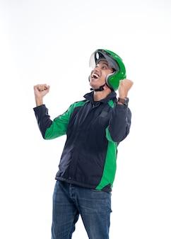 O piloto de táxi motor bem sucedido levanta o braço