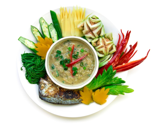 O pimentão da pasta da cavala dos peixes picante com o vegetal fresco e fervido, grelhe a cavala tailandesa. cozinha tailandesa, thaispicy, alimento saudável, ou, dieta, alimento, vista superior, isolado