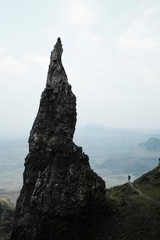 O pináculo da agulha em quiraing, na ilha de skye, na escócia