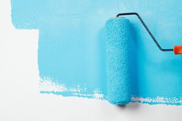 O pintor está pintando a parede interna de azul
