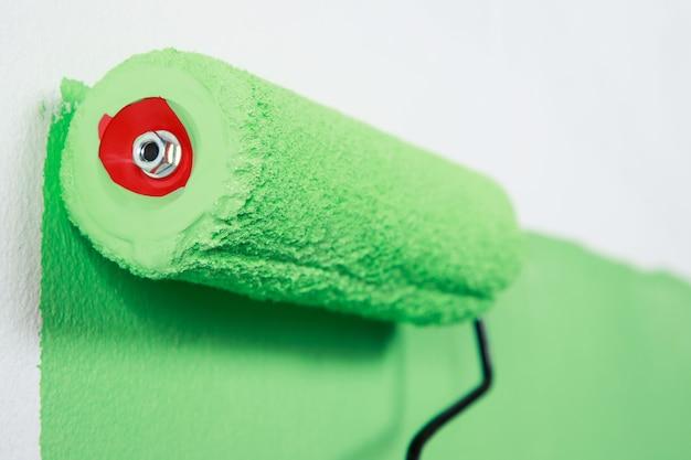 O pintor está pintando a parede interna de verde