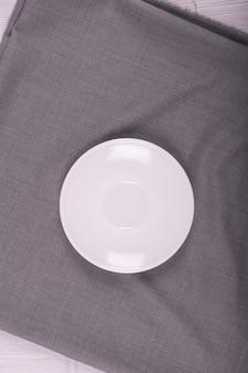 O pires branco com toalha de mesa cinza
