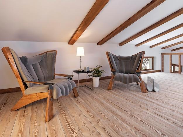 O piso do sótão tem uma área de estar com cadeiras de design e um abajur baixo em estilo loft
