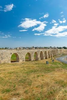 O pitoresco aqueduto antigo está localizado perto da cidade de larnaca