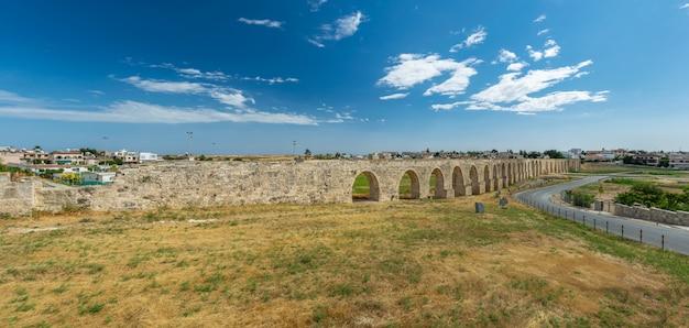 O pitoresco aqueduto antigo está localizado perto da cidade de larnaca.