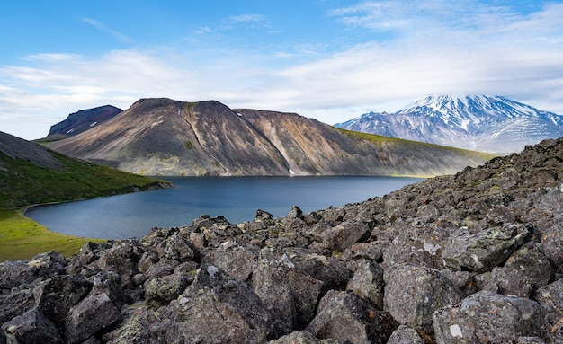 O pitoresco lago ketachan em kamchatka, rússia. parque nacional de bystrinsky, perto do vulcão ichinskaya sopka