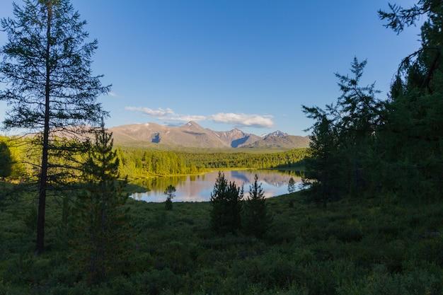 O pitoresco lago nas montanhas
