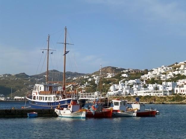 O pitoresco porto velho de mykonos e a cidade de mykonos de cor branca pura, ilha de mykonos, grécia