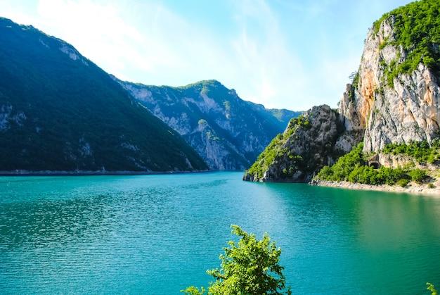 O pitoresco rio tara flui para o mainstream dos canyons