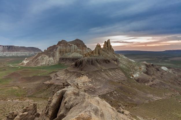O planalto de ustyurt. distrito de boszhir. o fundo de um oceano seco tethys. restos rochosos. cazaquistão.