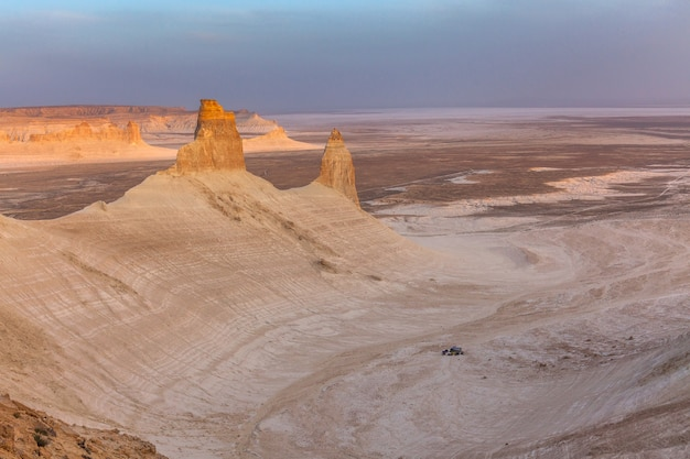 O planalto de ustyurt. distrito de boszhir. tethys. restos rochosos. cazaquistão.