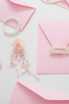 O plano de fundo do casamento, decorado com envelopes de convite
