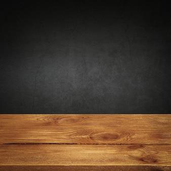 O plano de fundo é em placas de madeira em branco e uma parede texturizada com gesso
