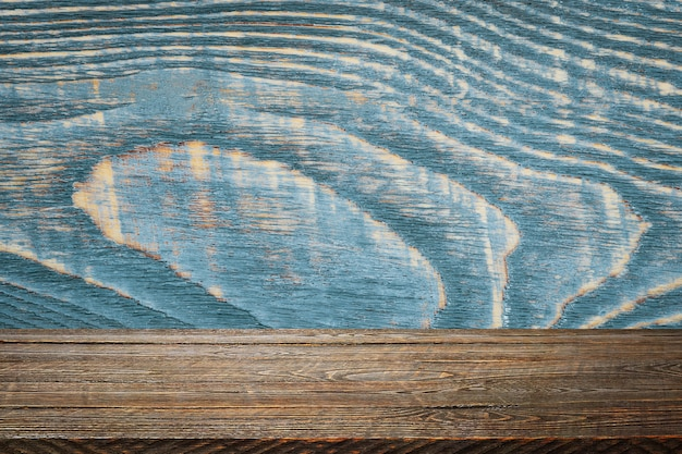 O plano de fundo é tábuas de madeira em branco e uma parede texturizada com iluminação e vinhetas. para demonstrações de produtos, espaço livre, layout, maquete, quadro de perspectiva, quadro de plano de fundo.