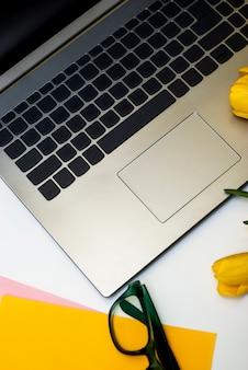 O plano elegante coloca o espaço de trabalho home da mesa de escritório com portátil.