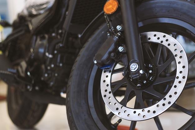 O pneu e o prato do close up cozem da motocicleta do esporte (bicicleta grande)