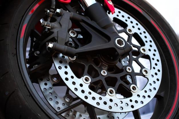 O pneu e o prato do close up cozem da motocicleta do esporte