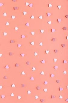 O pó em forma de coração como doces está espalhado sobre a mesa, cartão de feliz páscoa.