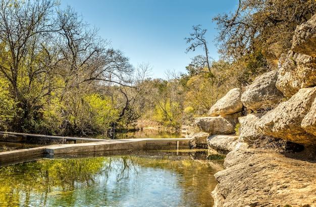 O poço de jacob é uma fonte cárstica perene na região de texas hill