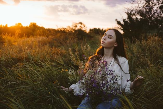 O poder de cura dos benefícios da natureza da ecoterapia afeta o bem-estar, jovem feliz com cabelo comprido e